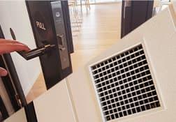 施工現場と協力し、 定期的な 換気(1時間に2回以上が目 安)を実施する。