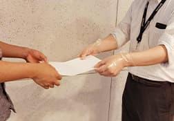 チラシ、DMのポスティング、書類 を渡す際には手袋を着用してお ります。