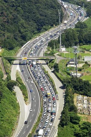 今年のお盆、大渋滞のニュースが多いワケ